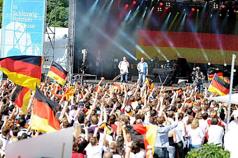 Die Fankurve des Nordens am Ostseekai: Der NDR holt die UEFA EURO 2012™ auf die Kieler Woche